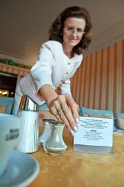 «Monopol»-Direktorin Brigitte Heller (51) platziert die Tafeln, worauf gegen die Verschwendung von Lebensmitteln aufgerufen wird. (Bild Pius Amrein)