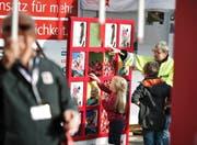 Am Stand an der Zuger Messe lernen Interessierte die Einsatzgebiete des Roten Kreuzes kennen. Bild: Stefan Kaiser (Zug, 24. Oktober 2016)