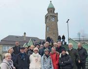Trotz Nebel bei guter Laune: die Leser-Reisegruppe bei den Landungsbrücken im Hamburger Hafen.