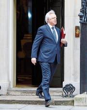 Brexit-Minister David Davis verlässt die Downing Street 10, den Sitz von Premierministerin Theresa May. Davis stehen herausfordernde Wochen bevor. (Bild: Imago (London, 29. März 2017))