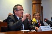 PUK-Präsident Heinrich Züger stellt im Rathaus Schwyz den Bericht vor, rechts Professor Paul Richli. (Bild: Bert Schnüriger / Neue SZ)
