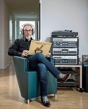 Daniel Mebold bei sich daheim mit einer Platte von Hound Dog Taylor. (Bild: Pius Amrein (Römerswil, 8. 11. 2017))
