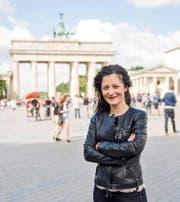 Die deutsche SPD-Bundestagsabgeordnete Cansel Kiziltepe (40) auf dem Pariser Platz vor dem Brandenburger Tor in Berlin. (Bild Rudi-Renoit Appoldt)