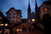 Rund 2000 Windlichter leuchteten vor der Hofkirche. (Bild: Manuela Jans / Neue LZ)