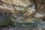 Im Januar mussten Bagger auffahren, um nach den Felsstürzen in der Kleinen Emmen aufzuräumen (Bild: Philipp Schmidli / Neue LZ)