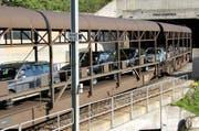 Ein Zug verlässt den Furka-Tunnel. (Bild rem)