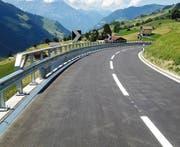 Die Klausenpassstrasse im Gebiet Äbnet nach den Verbesserungen. (Bild: Hartmut Schubert)