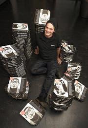 Paul Conrad (49) von Pizza Pronto mit seinen Pizza-Schachteln. Bild: Roger Grütter (Luzern, 7. Oktober 2016)
