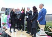 Eine Mitarbeiterin der Heime Kriens überreicht dem Verwaltungsrat ein Willkommensgeschenk. Als zweiter von links ist Sozialvorsteher Lothar Sidler, als vierter von links Verwaltungsratspräsident Marco Borsotti zu sehen. (Bild: PD)