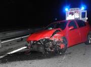 Der Autofahrer prallte in die Leitplanke und wurde leicht verletzt. (Bild: Kantonspolizei Schwyz (Steinen, 12. Oktober 2017))