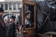 Erst geliebt, dann geächtet: Anna Karenina (Jelisaweta Bojarskaja) bewegt sich in der vornehmen St. Petersburger Gesellschaft. (Bild: Trigon)