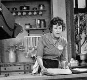 Julia Child im Jahr 1970 während einer Folge ihrer legendären Fernsehkochsendung «The French Chef». (Bild: AP)