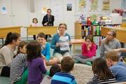 Lehrerin Christa Kohnen erzählt den Schulkindern in der Schule Altishofen am Tag der aufgeschlossenen Volksschulen eine Geschichte. (Bild: Roseline Troxler / Neue LZ)