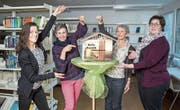 Das Projektteam in der Gemeindebibliothek, von links: Regina Kohler, Pia Helfenstein, Benita Ruckli und Projektleiterin Beatrice Fuchs. Mit dem «Hallo Ruswil»-Briefkasten sammeln sie Geschichten über das Dorfleben. (Bild: Manuela Jans-Koch (Ruswil, 26. Januar 2018))