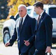 John Kelly (links), Stabschef des Weissen Hauses, und sein inzwischen geschasster Untergebener Rob Porter auf dem Südrasen des Präsidentensitzes in Washington. (Bild: Evan Vucci/AP (29. November 2017))