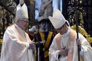 Der neue Abt des Klosters Einsiedeln, Urban Federer (rechts) und Bischof Markus Büchel beim Gottesdienst während der Amtseinsetzung im Kloster Einsiedeln. (Bild: Keystone)