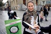 Bald ein Bild mit Seltenheitswert? Die Waadtländer Nationalrätin Adèle Thorens (Grüne) beim Unterschriftensammeln für die Fair-Food-Initiative. Das Bild stammt vom Oktober 2014. (Bild: Keystone/Jean-Christophe Bott)