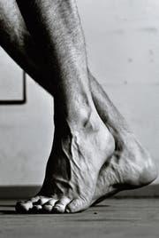 Teil einer raumfüllenden Serie eines männlichen Beines aus dem Jahr 1980. (Bilder: Estate Balthasar Burkhard)