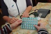 Eine Spitex-Mitarbeiterin erklärt einer Klientin die Dosierung der Medikamente. (Bild: Archiv Neue LZ)