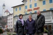 Wirtin Mireille Gisler (links) mit den neuen Besitzern, José und Peter Briker-van Kerkhof, vor dem Hotel Tell und Post in Flüelen. (Bild Urs Hanhart/Neue UZ)
