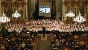 Auch optisch beeindruckend: die 200 jungen Sängerinnen und Sänger in der Kirche St. Martin. (Bild: PD)