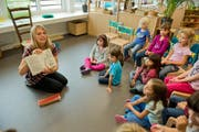Eine Kindergärtnerin erklärt den Kindern etwas. (Symbolbild) (Bild: Dominik Wunderli)