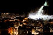 Die beleuchtete Sprungschanze in Engelberg. (Bild: Keystone)