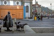 Der Theaterplatz mit der «Theaterbox» und Rolf Brems «Schafhirt mit Schafen» (links). Bild: Nadia Schärli (Luzern, 15. November 2016)
