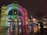 Ein Test der geplanten Lichtshow beim Torbogen am Bahnhof Luzern. (Bild: PD)