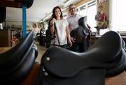 Seit 50 Jahren produziert Röösli Sattelbau für Reiter und Ross. Unser Bild zeigt Jasmin und Urs Röösli, sie führen die Geschäfte in Schachen in zweiter Generation. (Bild Corinne Glanzmann)