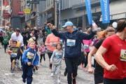 Jubel beim Zieleinlauf: Die Familien und Schüler haben den Lauf erfolgreich absolviert. (Bild: Sara Häusermann / luzernerzeitung.ch)