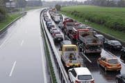 Durch die Sperrung der A4a kam der Verkehr beidseitig zum Erliegen. Google zeigte das Ausmass der Verkehrsbehinderungen (Bild unten). (Bild: Werner Schelbert/PD (24. August 2017))