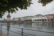 Blick auf die Kapellbrücke mit dem Luzerner Theater. (Bild: Urs Flüeler / Keystone)