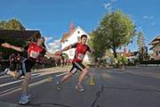 Zwei Läufer gestern Abend bei der Marathon-Stafette in Buttisholz. (Bild Roger Zbinden)