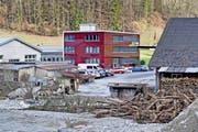 Die Tochterfirma Schibjavascript:li Holzbau der Firma Gawo Gasser an der Kleinen Emme in Schüpfheim. Das Bild entstand nach dem Unwetter 2016.