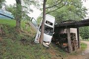 Zerstörtes Auto nach einem Selbstunfall wegen überhöhter Geschwindigkeit in Basel-Landschaft. (Bild: Keystone (Polizei Basel-Landschaft))