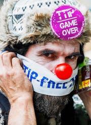 Ein Gegner des Freihandelsabkommens. Bild: Stephanie Lecocq/EPA