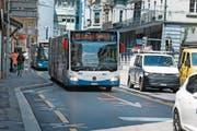 Die provisorische Busspur auf der Alpenstrasse beim Luzernerhof. (Bild: Corinne Glanzmann (Luzern, 20. Juli 2017))