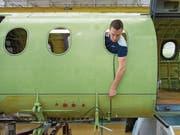 Flugzeugmechaniker Kevin Schuler bei der Produktion einer PC-12 in der Produktionshalle der Pilatus-Flugzeugwerke. (Bild: Dominik Wunderli (Stans, 27. April 2017))