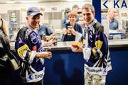Der EV Zug betreibt das Gastrogeschäft auf eigenes Risiko. Wie gut das Geschäft rentiert, darüber hüllt sich der Verein in Schweigen. Das Bild zeigt zwei EVZ-Fans an einem Imbissstand in der Bossard-Arena. (Bild: PD)
