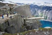 Touristen stehen Schlange, um auf den berühmten Felsvorsprung Trolltunga, zu Deutsch Trollzunge, zu gelangen. (Bild: Getty/Thomas Truschel)