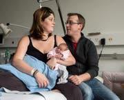 Alena war im Jahr 2017 das erste Baby im Kantonsspital Luzern. Stolz halten Désirée und Fabian Wey ihr Neujahrsbaby in den Händen. (Bild: Nadia Schärli (Luzern, 2. Januar 2017))