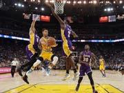 Clarkson (Nr. 6), Bass (2) und Randle (30) von den LA Lakers versuchen verzweifelt, Golden-State-Superstar Stephen Curry in den Griff zu kriegen. (Bild: AP/Jeff Chiu)