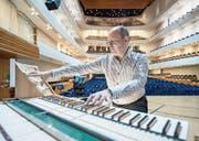 Elegantes KKL-Design: Simon Hebeisen am neuen mobilen Orgel-Spieltisch auf der Bühne des Konzertsaals. (Bild: Pius Amrein (Luzern, 25. 9. 2017))