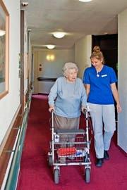 Cincia Bolzern betreut Seniorin Trudi Meier im Luzerner Betagtenzentrum Viva Dreilinden. Bolzern absolviert eine Lehre zur Fachfrau Gesundheit. (Bild Pius Amrein)