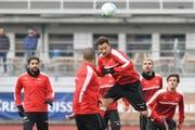 Er soll für Torgefahr sorgen: der Surseer Haris Seferovic (am Kopfball) beim Training mit seinen Nationalmannschaftskollegen. (Bild: Keystone)
