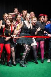 Studenten der PH Luzern fordern auf der Bühne das Glück heraus. (Bild: PH Luzern)
