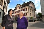 Agnes Hodel-Wyss (links) und Berti Hodel-Wyss führen mit ihren sechs weiteren Schwestern den Mohren in Willisau. (Bild Corinne Glanzmann/Neue LZ)