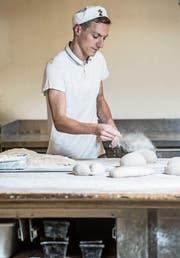 Michael Halter, Produktionsleiter der Willi-Beck in Sempach, hat seit Anfang Jahr einen Mitarbeiter mit einer Lernbehinderung. Für ihn ist es eine sehr positive Erfahrung. (Bild: Nadia Schärli)