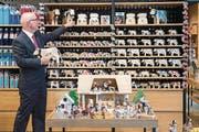 Marcel Iten, Sky-Boutique-Manager, bei der Arbeit im neuen Store auf dem Bürgenstock. (Bild: Eveline Beerkircher (Luzerner Zeitung))